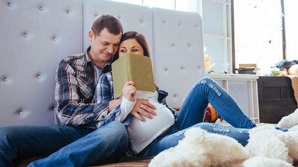 pregnant couple reading